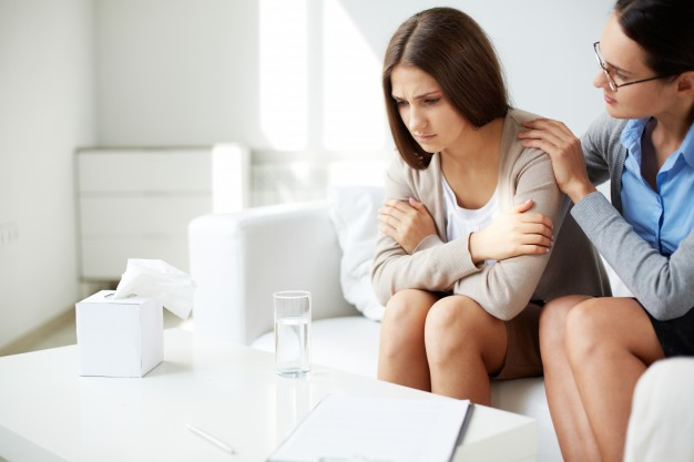 psicóloga ayudando a paciente con depresión